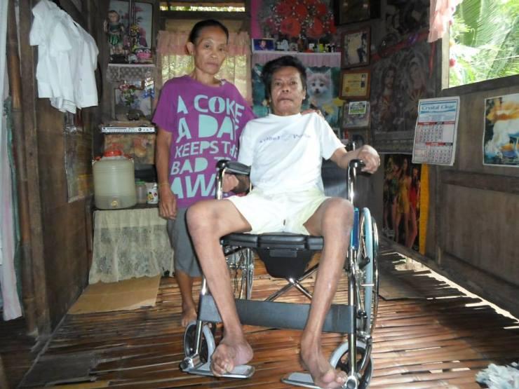 Tatay Ilo Medina of Brgy. Bacolod receives the wheelchair from TMA Bulig