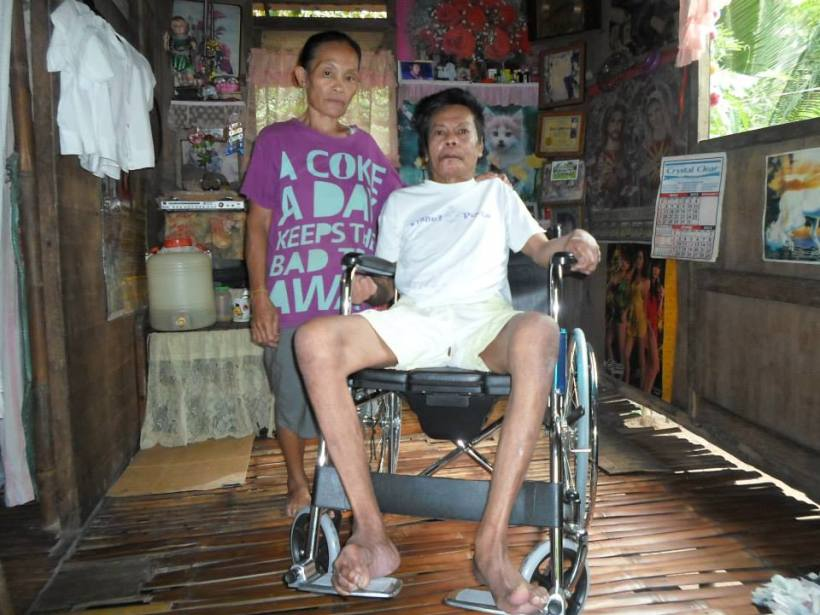 Tatay Ilo Medina of Brgy. Bacolod receives the wheelchair from TMA Bulig