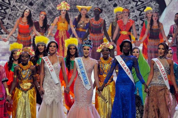 Miss World 2013 winners sing with other contestants in the grand finale.  (Photo by Reuters/Murdani Usman)