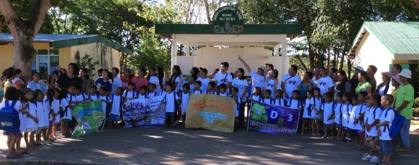 44 kids of Tawad Elementary School pose with the volunteers (8AM May 23, 2014)