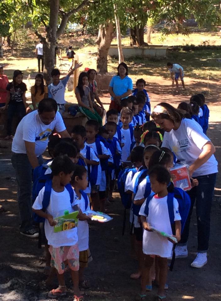 Kath Arcenas makes sure that school supplies are inside the bag. @ Taisan Elementary School