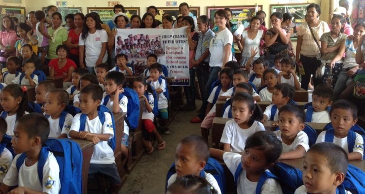 Jovyleen Asebuque poses with the kids and volunteers. @Milagros West Central School (8AM May 24, 2014)